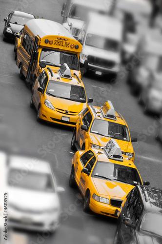 taksowki-i-autobus-szkolny-na-manhattanie-nowy-jork-usa