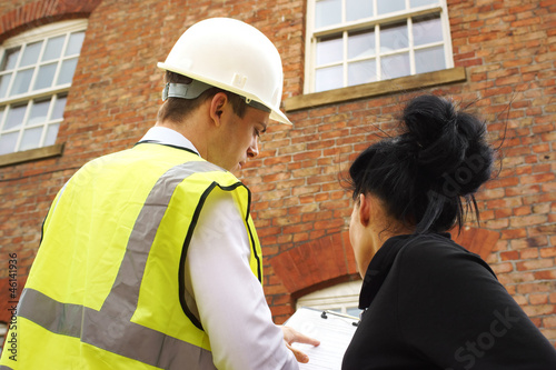 Fotografia  Surveyor or builder and homeowner discussing property issues