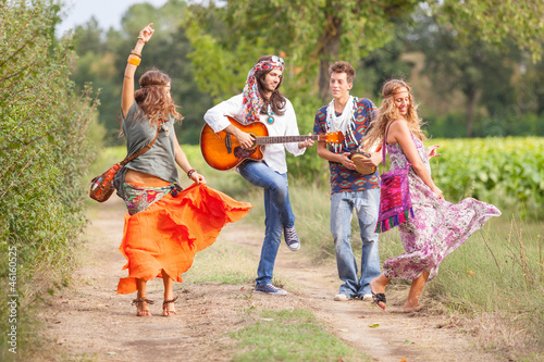 Fotografía Hippie Group Playing Music and Dancing Outside