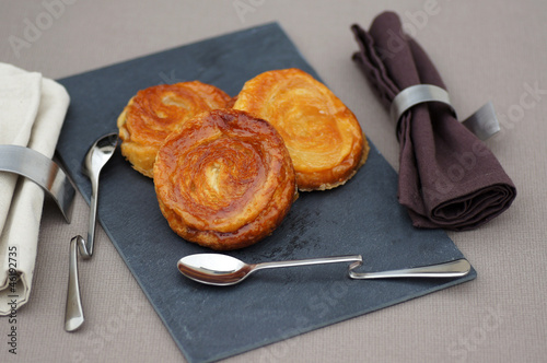 Photo trio de kouign-amann sur ardoise 3