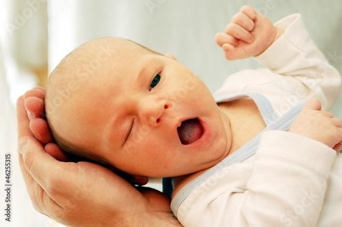 Photo  müdes baby gähnt