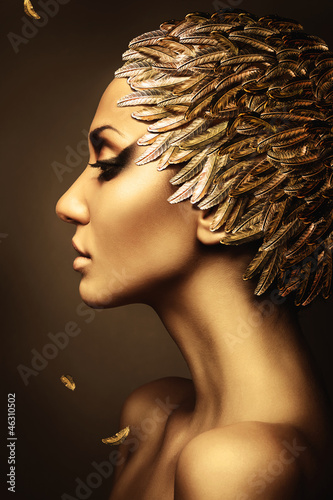 Photo  beautiful woman with gold feather hat