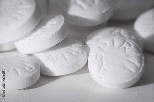 Photo Macro shot of white asprin on white.