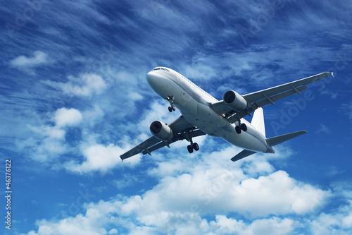 pasazerski-samolot-lini-lotniczych-na-niebieskim-niebie