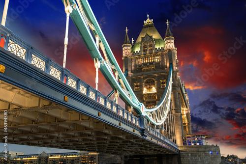 slawny-wierza-most-przy-noca-widziec-od-wierza-londynski-teren-uk