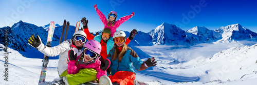 Fotobehang Wintersporten Ski, snow, sun and winter fun - happy family ski team