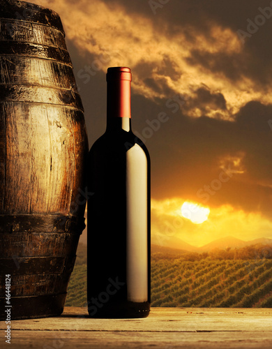 Fotografía  red wine bottle at sunset