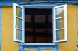 offenes Fenster in einem Fachwerkhaus