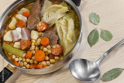 Fotografía  Cocido de garbanzos, carnes y hortalizas, potaje