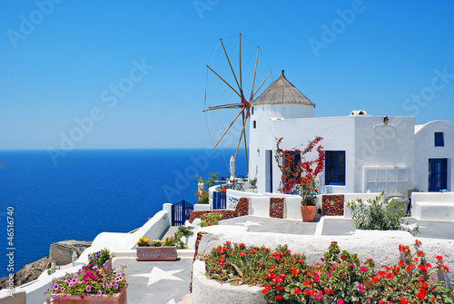 La pose en embrasure Santorini Traditional architecture of Oia village at Santorini island in G