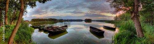 Fototapeta Łodzie i jezioro w czasie zachodu słońca szeroka