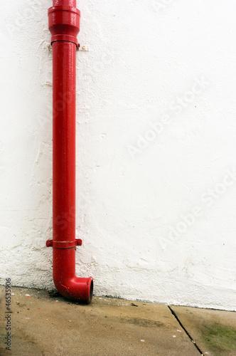 Valokuva  Red gutter in white wall