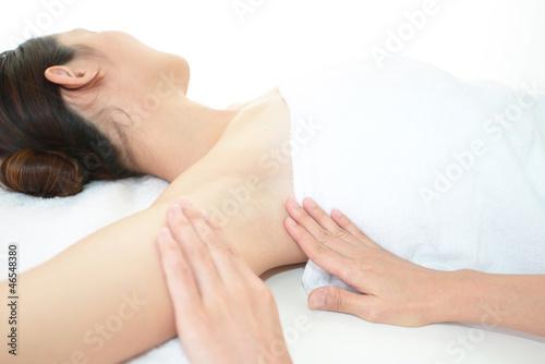 Photo エステでボディーケアをする女性