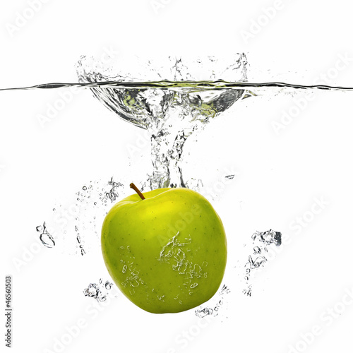 Poster Eclaboussures d eau apple falling into the water with splash on white