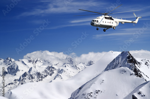 Papiers peints Hélicoptère Helicopter in winter mountains