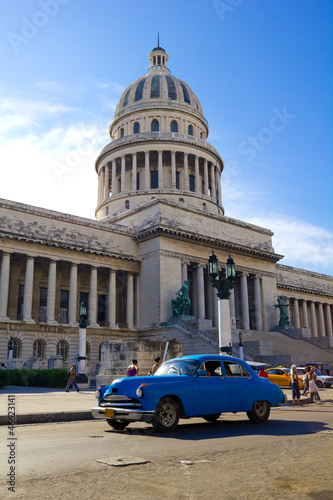 Tuinposter Cubaanse oldtimers Traffic on Old Havana. Capitolio, Cuba
