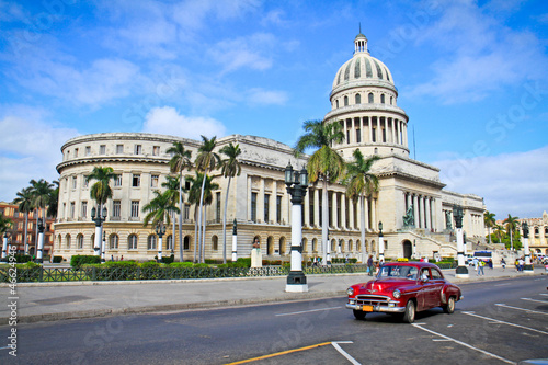 Montage in der Fensternische Havanna Classic cars in front of the Capitol in Havana. Cuba