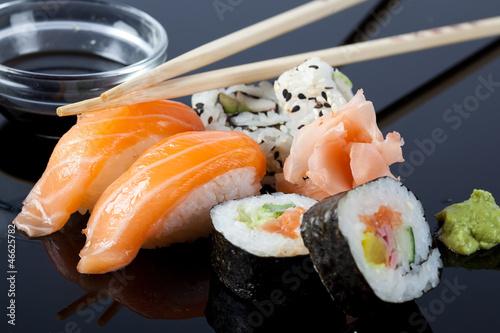 Obrazy do kuchni   sushi-z-sosem-i-paleczkami