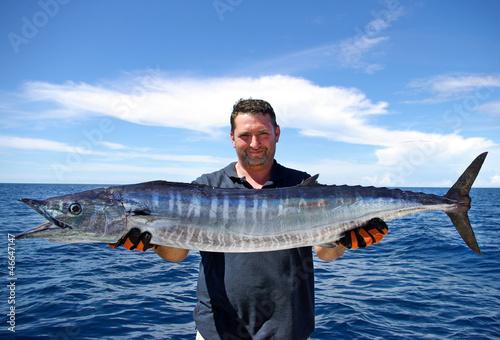 Pêcheur tenant un magnifique wahoo