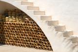 poterie sous escalier blanc