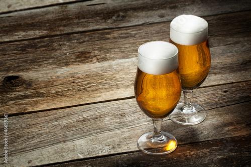 dwa-szklane-piwo-na-tle-drewna
