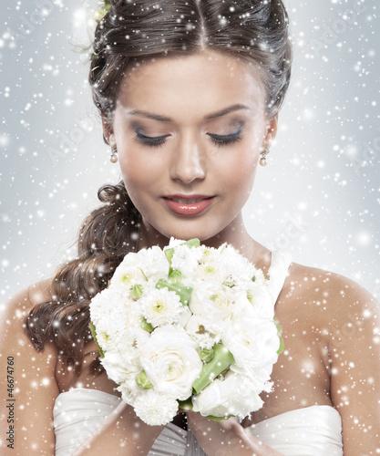 Fotografía  Portrait of a young bride holding a bouquet of flowers