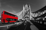 Tower Bridge i czerwony londyński bus