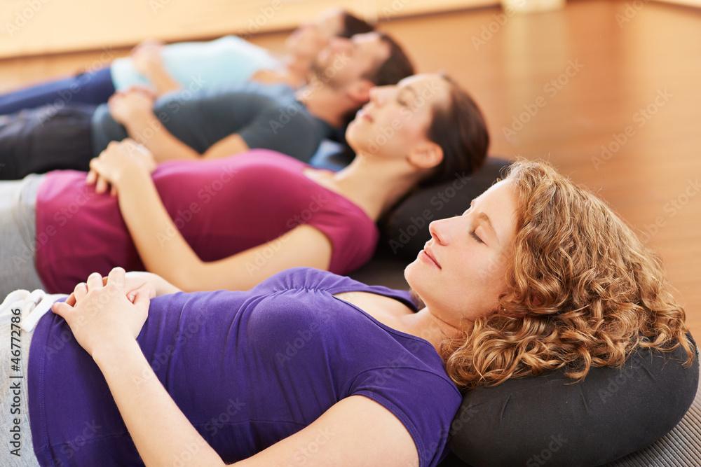 Fototapeta Gruppe entspannt in Sportstudio - obraz na płótnie