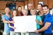 canvas print picture - Gruppe hält leeres Schild im Fitnesscenter