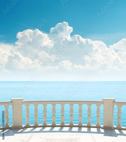 balkon-blisko-morza-i-chmur-nad-nim