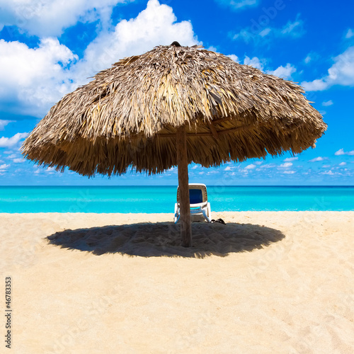 Photo Thatched umbrella on a beautiful tropical beach