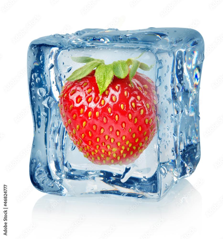 Kostki lodu i truskawki <span>plik: #46824777 | autor: Givaga</span>