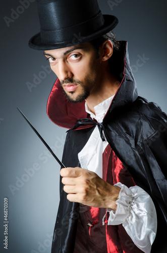 In de dag Illustratie Parijs Magician doing tricks in dark room