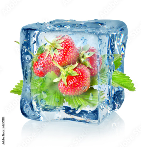 Poster Dans la glace Ice cube and strawberry isolated