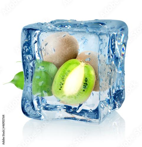 Staande foto In het ijs Ice cube and kiwi