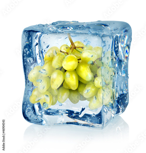 Staande foto In het ijs Ice cube and green grapes