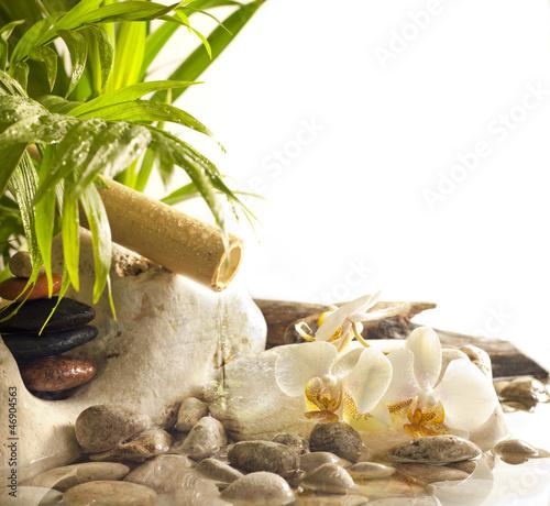 orchidee-i-zen-kamienie-z-spadajacymi-wodnymi-zdroju-pojecia-tlem