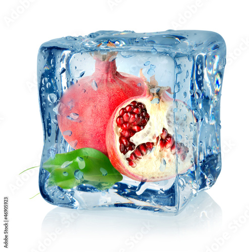 Staande foto In het ijs Ice cube and pomegranate