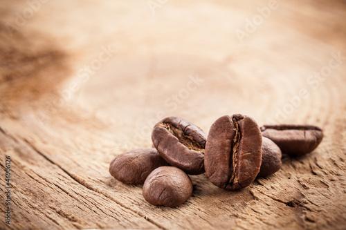 Café en grains Coffee grains on grunge wooden background