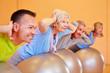 Seniorengruppe trainiert im Fitnesscenter