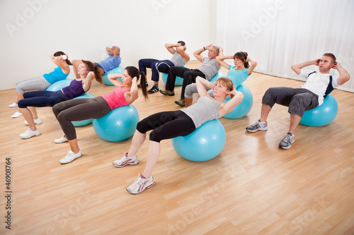 Photo  Class of diverse people doing pilates