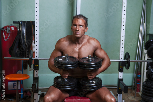 Photo  homme non voyant faisant de la musculation