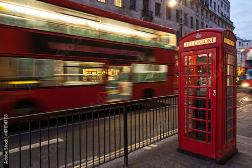 Foto auf Gartenposter London roten bus Double decker bus and red telephone box in London at night