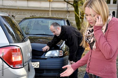 Junge Frau telefoniert nach Autounfall
