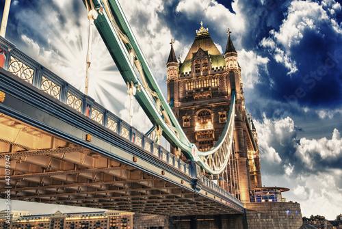 slawny-wierza-most-przy-zmierzchem-z-chmurami-widziec-od