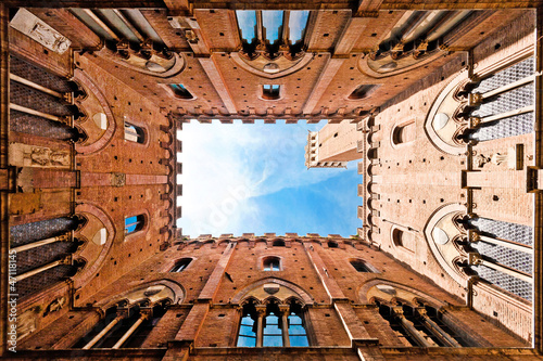 Obraz na plátně Wide angle view of Palazzo Pubblico in Siena, Italy