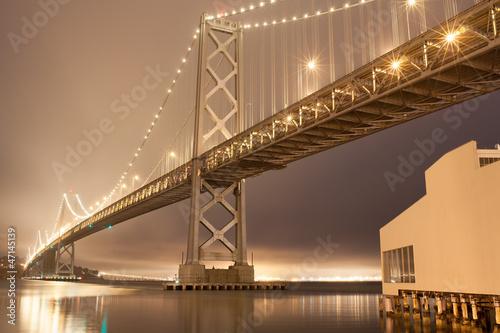 brzask-z-mglisty-nocnym-niebie-w-bay-bridge-san-francisco