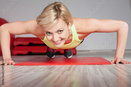 Plakat kobieta robi ćwiczenia fitness