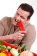 bauer beißt in eine paprika
