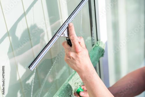 Fensterputzen Streifenfrei streifenfrei fenster putzen buy this stock photo and explore